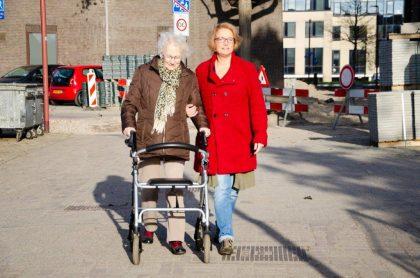 Evelien begeleid bejaarde